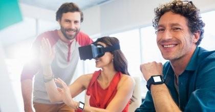 Arbeitskollegen testen neue Technik