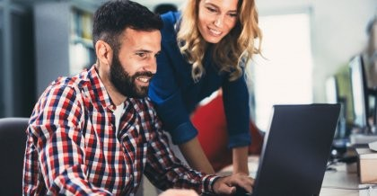 Zwei Mitarbeiter einer Software Agentur führen eine Programmierung durch.