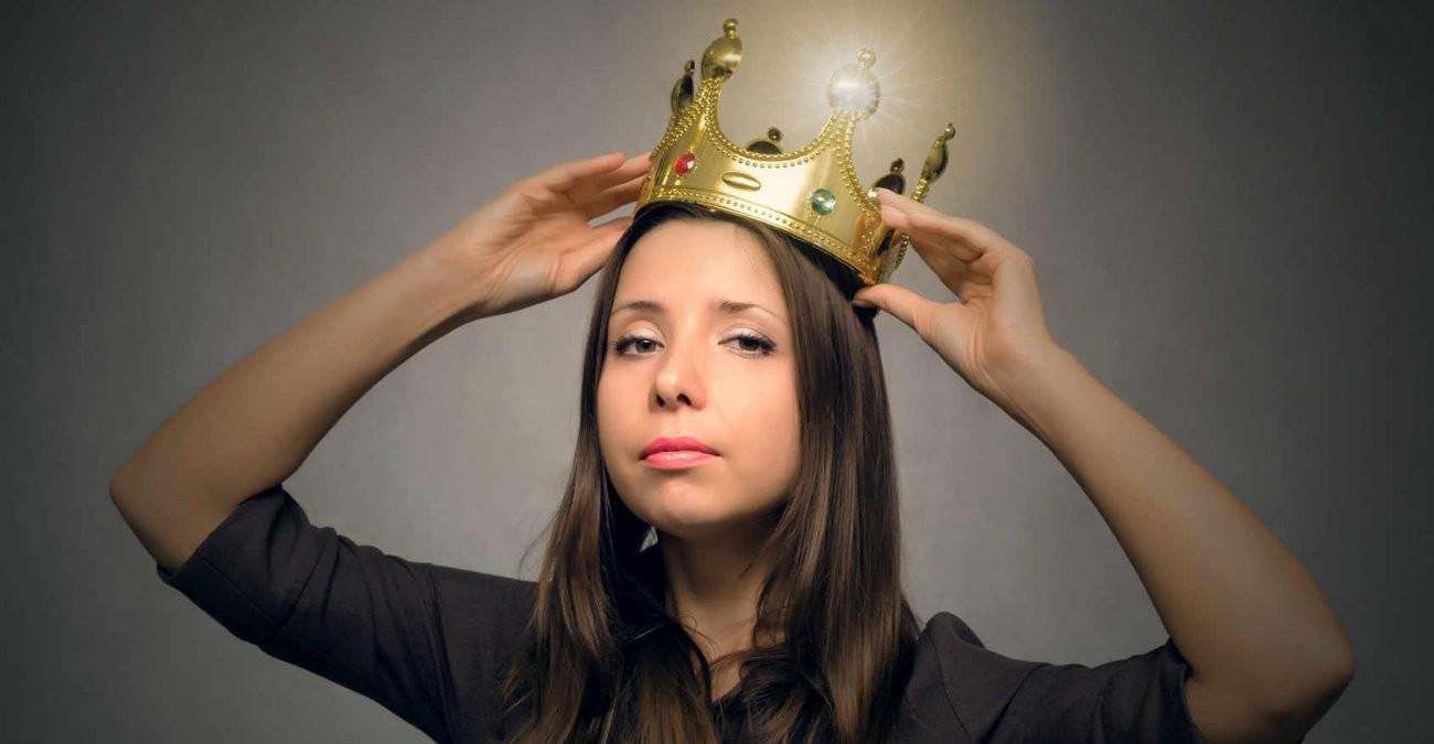 Eine Frau setzt sich eine leuchtende Krone auf. User sind im UI/UX Design neben dem Device der wichtigste Maßstab.