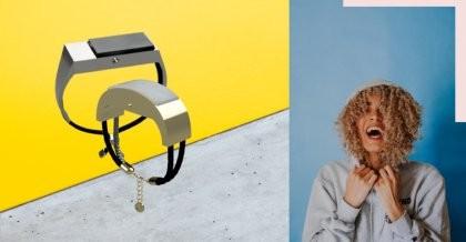 Der Prototyp des hearMe Armbands und eine Frau mit Kapuze