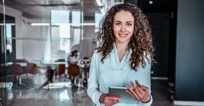 Frau mit Tablet im Büro