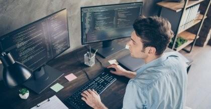 Mann am Computer, erstellt eine Datenbank