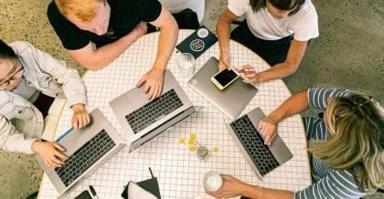 Menschen in einem Büro arbeiten am PC