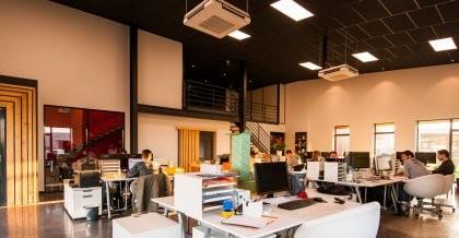 Büro mit Menschen, die an Computern arbeiten