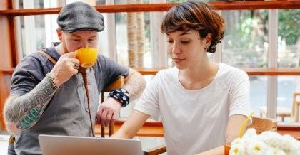 Zwei Menschen beratschlagen sich am PC