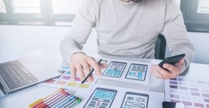 Ein App-Entwickler erstellt eine App mithilfe von Entwürfen und Wireframes.