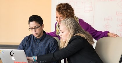 Drei Frauen entwickeln am PC