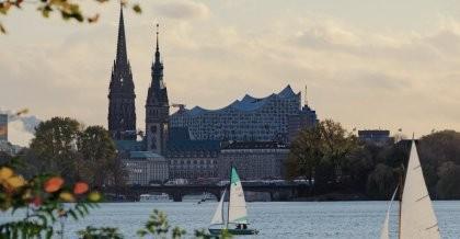 Hamburgs Fluss  mit Elbphilharmonie im Hintergrund