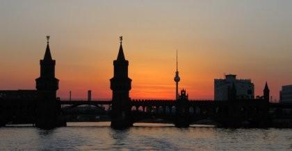 Blick auf die Oberbaumbrücke und den Fernsehturm in Berlin vom Wasser aus