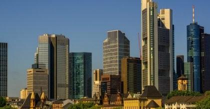 Skyline Frankfurt mit Hochhäusern und dem Main