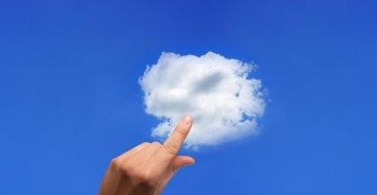 Eine Hand vor einem blauen Himmel mit einer Wolke