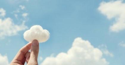 Sinnbildlich für das Cloud Hosting wird eine Wolke im Himmel mit zwei Fingern angefasst.