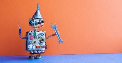 Sinnbildlich für die künstliche Intelligenz hält ein Roboter einen Schraubenschlüssel.