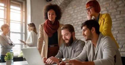 Ein PHP Entwicklungsteam einer Agentur programmiert eine Website
