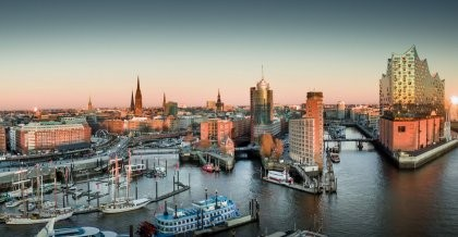 Der Stadtkern Hamburgs von oben mit seiner Elbphilharmonie ist auch Heimat für viele Webagenturen.