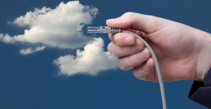 Sinnbildlich für Cloud Anwendungen wird ein Lan-Kabel an eine Wolke am Himmel angeschlossen.