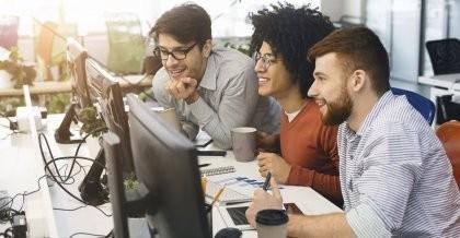 Drei Software Entwickler sollen für ein Unternehmen eine Datenbank erstellen.