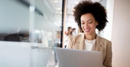 Eine Personalerin verwendet Personalmanagement Software an ihrem Laptop.