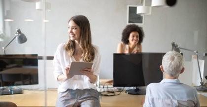 Mitarbeiter*innen einer Software Agentur finden individuelle Softwarelösungen für Kunden.
