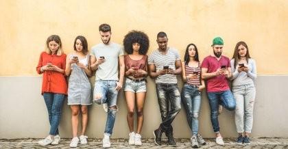 Junge Menschen informieren sich über die neusten Tech-Trends für ihr Start-up