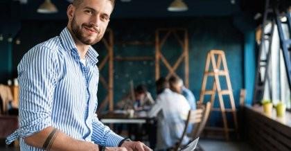 Ein Datenbankentwickler freut sich über den leichten Zugang zur Datenbank mithilfe von ODBC.